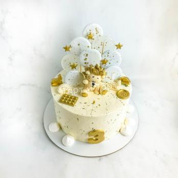 бело-золотой торт с фигуркой