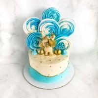 Торт с меренгами и фигуркой слоника