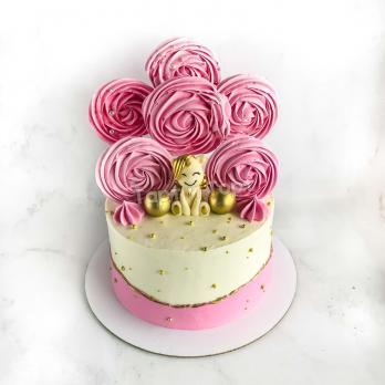Торт для девочки с меренгами и фигуркой