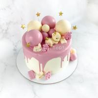 Розовый торт с шарами и фигуркой