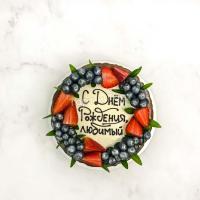 белый торт с ягодами и шоколадом