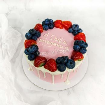 торт нежно-розовый с ягодами