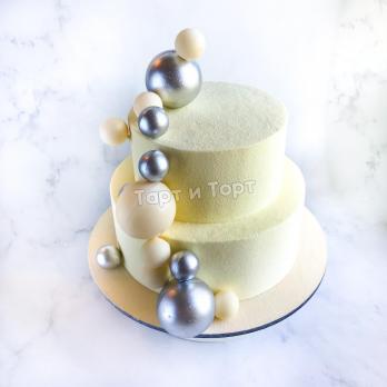 Торт 258 - Белый с шарами из натуральных ингредиентов