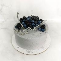 Торт №455 - Серый с вазой и ягодами
